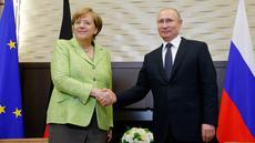 Kanselir Jerman Angela Merkel (kiri) bertemu Presiden Rusia Vladimir Putin di Sochi, Rusia, Selasa (2/5). Kedua kepala negara membahas beberapa isu salah satunya mengenai konflik di Ukraina. (AP Photo)