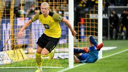 Haaland tampil trengginas saat membawa Dortmund menaklukkan Union Berlin pada laga Bundesliga di Signal Iduna Park, Minggu (19/9/2021). Bomber Timnas Norwegia itu memborong dua gol kemenangan dengan skor 4-2. (AFP/Ina Fassbender)