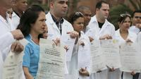 Sekumpulan dokter dari Kuba menunjukkan sumpah profesi sebelum ditugaskan di luar negeri (AP)
