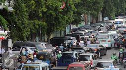 Beberapa kendaraan berjejer terparkir di sisi jalan Kramat Raya, Jakarta (22/6/2016). Pemprov DKI Jakarta harus membuat kebijakan atau terobosan radikal untuk segera mengatasi kemacetan di Jakarta. (Liputan6.com/Helmi Fithriansyah)