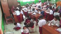 Siswa SD di Bogor belajar di kelas dengan situasi yang tidak kondusif. Ini menyusul ambruknya ruang kelas di sekolah tersebut.(Www.sulawesita.com)