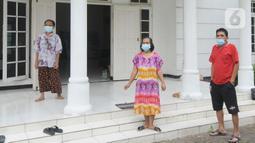 Aktivitas warga positif Covid-19 tanpa gejala yang menjalani isolasi mandiri di sebuah rumah mewah di Jalan MPR 1, Cilandak, Jakarta, Rabu (7/7/2021). Di rumahnya seluas 3000 meter persegi itu, ada empat dari 22 warga yang jalani isolasi mandiri. (merdeka.com/Arie Basuki)