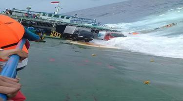 Detik-detik saat KM Lestari Maju karam di Perairan Selayar, Sulsel (Liputan6.com/ Eka Hakim)