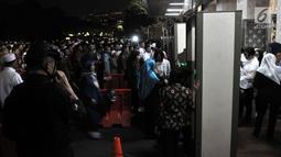 Antrean jemaah saat hendak melalui pintu detektor yang dipasang di Masjid Istiqlal, Jakarta, Rabu (16/5). Presiden Joko Widodo atau Jokowi turut menunaikan salat tarawih pertama di Istiqlal. (Merdeka.com/Iqbal Nugroho)