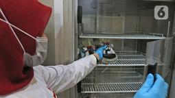 Petugas menyimpan stok darah di kantor PMI DKI Jakarta, Jumat (20/3/2020). Dampak meluasnya Virus Corona COVID-19, stok darah di PMI Jakarta menurun 60 - 70 persen hingga membuat pihak rumah sakit membuka donor darah atau mengirim pendonor ke PMI. (Liputan6.com/Herman Zakharia)