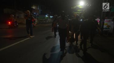 Petugas gabungan melakukan razia terhadap waria di kawasan Duren Sawit, Jakarta, Jumat (25/5). Razia tersebut digelar pada malam hari guna memudahkan penangkapan warga yang bekerja sebagai waria, pemulung hingga pengamen. (Merdeka.com/Imam Buhori)