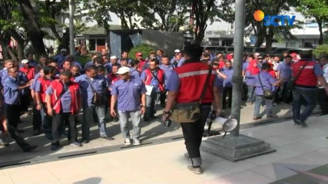 Para pendemo menuntut direksi tidak memperpanjang kontrak dengan Pelindo II karena dinilai telah merugikan negara miliaran rupiah.