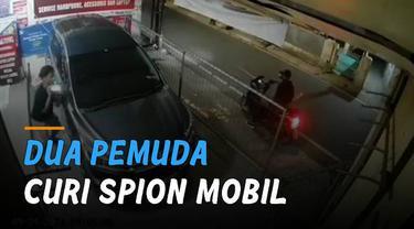 Terekam kamera CCTV dua orang pemuda mencuri sepasang spion mobil di Jalan Tegal Parang Selatan, Mampang Prapatan, Jakarta Selatan.