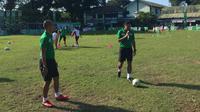 Kurniawan Dwi Julianto dan Ponaryo Astaman memeriahkan Milo Football Championship di Makassar, Sabtu (28/4/2018). (Liputan6.com/Adyaksa Vidi)