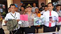 Kapolres Budi AKBP Budi Satria Wiguna menunjukan sejumlah bukti pembunuhan Yudi, sopi online Pake Taxi(Liputan6.com/Jayadi Supriadin)