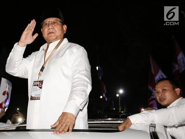 Calon Presiden Prabowo Subianto menyapa pendukungnya di sepanjang jalan Imam Bonjol usai pengambilan nomor urut di Gedung KPU Jakarta, Jumat (21/9). Pasangan Prabowo-Sandi mendapat nomor urut 2. (Liputan6.com/Fery Pradolo)