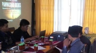 Panwaslu Brebes menemukan berbagai item pelanggaran kampanye pasangan calon Gubernur dan Wakil Gubernur Jawa Tengah Ganjar Pranowo-Taj Yasin. (Liputan6.com/ Fajar Eko Nugroho)