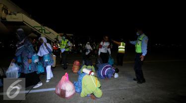 Beberapa jamaah haji Indonesia dari kloter I DKI Jakarta melakukan sujud syukur saat tiba di Bandara Halim Perdanakusuma Jakarta, Selasa (29/9/2015). Sebanyak 440 jamaah dengan tiba sekitar pukul 18.30 WIB. (Liputan6.com/Helmi Fithriansyah)