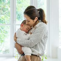 ilustrasi ibu dan anak/copyright by metamorworks from Shutterstock