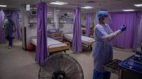 Dokter Palestina mengenakan pakaian pelindung saat mereka bekerja di ruang gawat darurat Rumah Sakit al-Quds di Kota Gaza, 7 September 2020. Lusinan petugas kesehatan garis depan telah terinfeksi COVID-19, memberikan pukulan baru ke rumah sakit yang kelebihan beban. (AP Photo/Khalil Hamra)