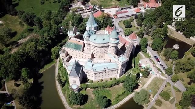 Negara Slovakia memiliki objek wisata yang menyerupai Istana Cinderella. Objek wisata ini bernama Kastil Bojnice dan sering dijadikan sebagai latar belakang film.