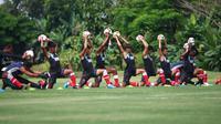Pelatih anyar PSM Makassar, Darije Kalezic, memulai tugas barunya dengan memimpin latihan perdana Juku Eja di Lapangan Yogyakarta Internasional School, Jumat (8/2/2019). (Bola.com/Abdi Satria)