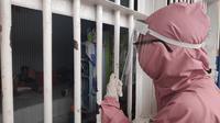 Petugas medis Lapas Perempuan Pekanbaru mengecek kondisi warga binaan. (Liputan6.com/M Syukur)