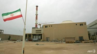 Bendera Iran di luar gedung yang menampung reaktor fasilitas nuklir Bushehr di kota pelabuhan selatan Iran Bushehr pada tahun 2007 AFP / BEHROUZ MEHRI