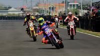 Kejuaraan balap motor di Sirkuit Bung Tomo, Surabaya, Jawa Timur. (Foto: Liputan6.com/Dian Kurniawan)