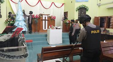 Anggota Sabhara Polres Tuban ketika melakukan sterilisasi di Gereja jelang ibadah Natal 2020. (Liputan6.com/Ahmad Adirin)