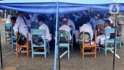 Murid-murid mengikuti kegiatan belajar di dalam tenda darurat di SDN Cirimekar 2, Cibinong, Bogor, Senin (6/1/2020). Hari ini merupakan hari pertama murid sekolah melakukan kegiatan belajar mengajar (KBM) paska libur tahun baru dan bencana banjir yang melanda kawasan Jabotabek. (merdeka.com/Arie Bas
