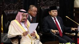Raja Arab Saudi, Salman bin Abdulaziz Al-Saud didampingi Ketua DPR, Setya Novanto bersiap menyampaikan pidato saat mengunjungi Kompleks Parlemen MPR/DPR RI, Jakarta, Kamis (2/3).  (Liputan6.com/Johan Tallo)