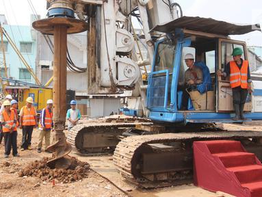 Dirut PT Elang Medika Corpora (EMC) Andya Daniswara mengoperasikan alat berat ketika meresmikan groundbreaking gedung baru RS EMC Tangerang, Banten, Rabu (4/7). Pembangunan gedung 8 lantai ini diperkirakan sekitar dua tahun. (Liputan6.com/Arya Manggala)
