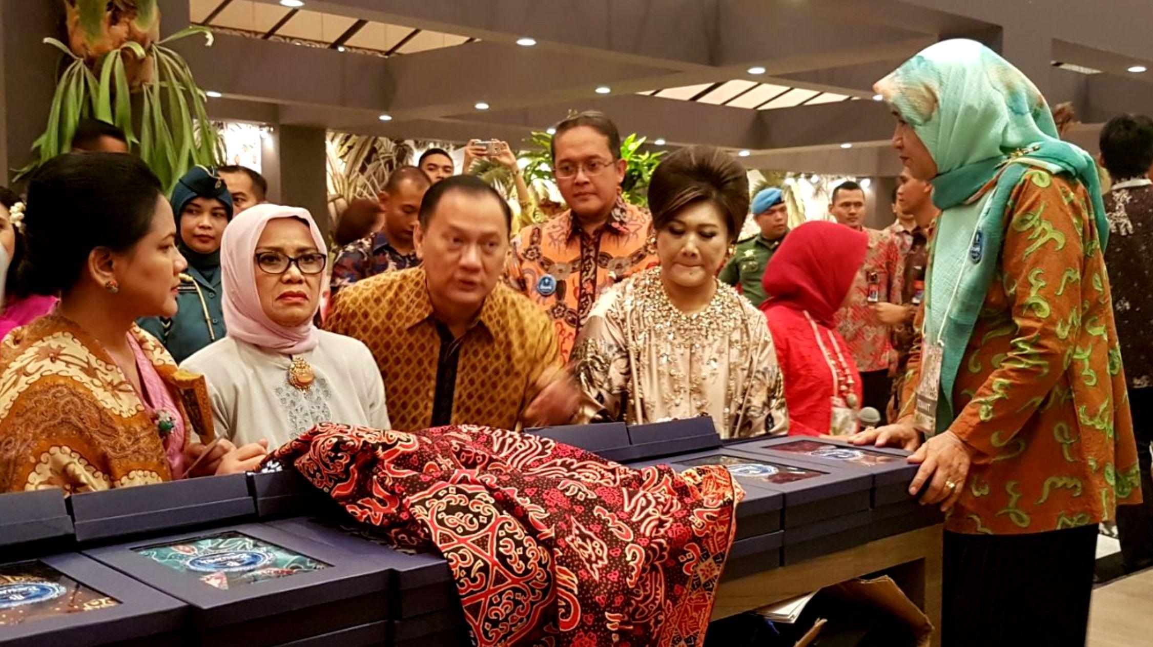 Ibu negara Iriana Jokowi dan istri wakil presiden Mufida Jusuf Kalla saat mengunjungi stand Batik Kain Besurek Bengkulu dalam Pameran Karya Kreatif Indonesia di Jakarta Convention Centre (Liputan6.com/Yuliardi Hardjo)