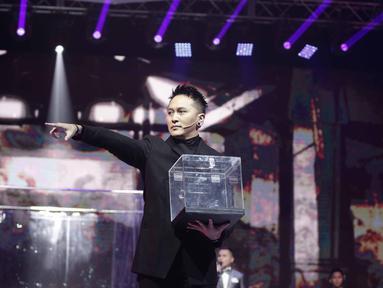 Demian bersiap melakukan aksi sulap saat tampil dalam acara SCTV Music Awards 2018 di Studio 6 Emtek, Jakarta, Jumat (27/4). Aksi sulap dari demian berhasil membuat tegang penonton. (Liputan6.com/Faizal Fanani)