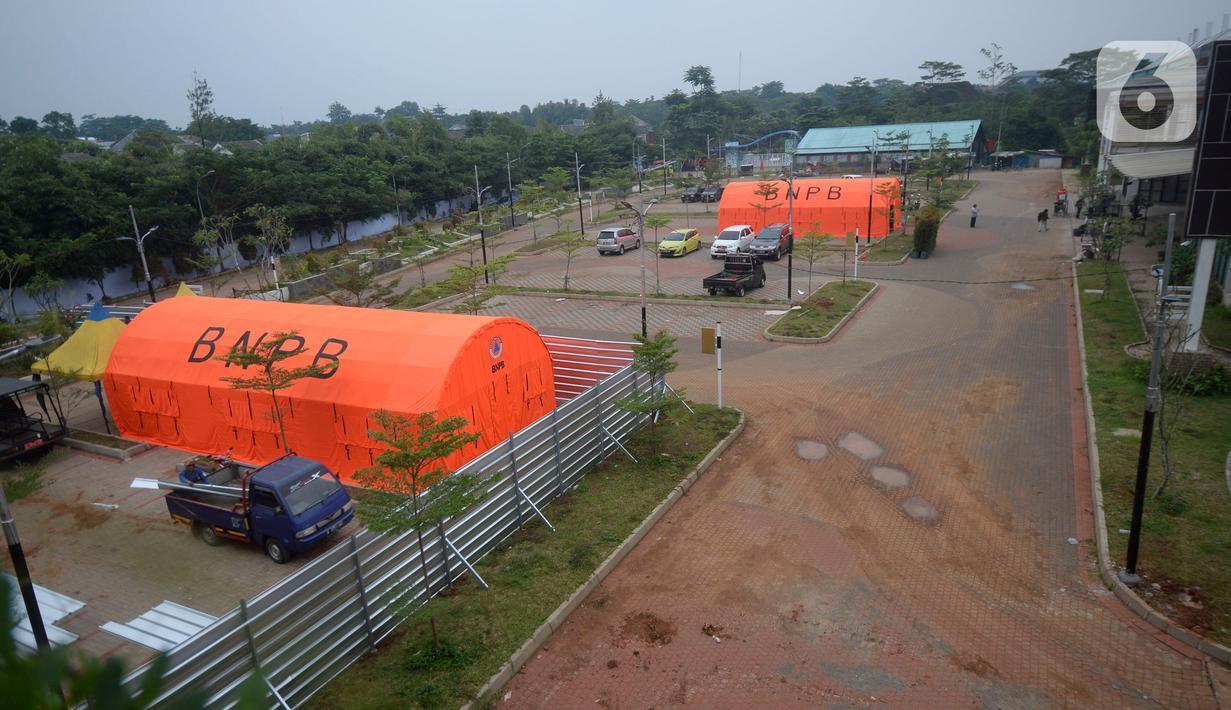 Suasana pembangunan Rumah Sakit penampungan karantina Orang Dalam Pemantauan (ODP) Covid-19 di kawasan pertanian terpadu (KPT) Tandon Ciater, Serpong, Tangerang Selatan, Banten, Kamis (9/4/2020). Rs sementara tersebut guna memutus mata rantai penyebaran Covid-19. (merdeka.com/Dwi Narwoko)