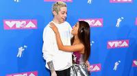 Tak perlu pernyataan cinta, seluruh dunia sepertinya sudah tahu kalau Ariana Grande dan Pete Davidson tengah dimabuk asmara. (Nicholas Hunt / GETTY IMAGES NORTH AMERICA / AFP)