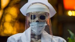 Pemandangan yang disebut Calaca (sosok tengkorak atau kerangka), yang biasa digunakan untuk dekorasi selama Day of the Death, di sebuah restoran di Coyoacan, Mexico City, Selasa (20/10/2020). Restoran tersebut menggunakan tengkorak untuk menjaga jarak di tengah pandemi COVID-19. (CLAUDIO CRUZ/AFP)