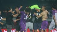 Para pemain dan ofisial Persik Kediri merayakan keberhasilan mereka promosi ke Liga 1 2020 setelah menang lewat drama adu penalti atas Persiraja Banda Aceh di semifinal Liga 2 2019 di Stadion Kapten I Wayan Dipta, Gianyar, Jumat (22/11/2019). (Bola.com/Gatot Susetyo)