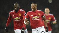 Bersama Manchester United, Antonio Valencia (kanan) mampu bertahan selama 10 musim di posisi bek kanan serang. Total bermain dalam 339 penampilan dengan torehan 25 gol. Di musim terakhirnya, 2018/2019, posisinya terpinggirkan karena tak sesuai skema Ole Gunnar Solskjaer. (AFP/Oli Scarff)