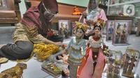 Ibu rumah tangga menyelesaikan pembuatan boneka adat Indonesia di Ammie Dolls, Kawasan Depok, Kamis (13/08/2020). UMKM binaan Pertamina ini sebelum masa pandemi mampu menghasilkan 200 pasang boneka tiap bulannya dengan harga antara 135 ribu hingga Rp 200 ribu per pasang. (merdeka.com/Arie Basuki)