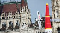 Pilot asal Austria, Hannes Arch melakukan manuver pada pesawatnya saat mengikuti Kejuaraan Dunia Red Bull Air Race 2016 di atas Sungai Danube, Budapest, Hongaria (17/7). (Aron Suveg/Red Bull Content Pool)