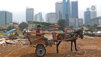 Pekerja mempersiapkan delman di kampung delman kawasan Menteng Dalam, Jakarta, Senin (27/9/2021). Para pekerja delman berharap pelonggaran PPKM membawa harapan mereka untuk kembali bekerja normal seperti biasanya. (Liputan6.com/Herman Zakharia)