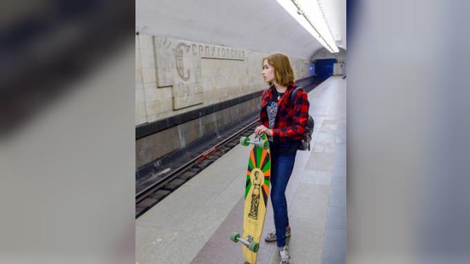 Seorang perempuan di Stasiun Serpukhovskaya. Sumber: Nikolai Galkin/TASS