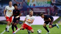 Gelandang RB Leipzig, Konrad Laimer, berebut bola dengan gelandang Bayern Munchen, Serge Gnabry, pada laga Bundesliga 2019/20 di Leipzig, Sabtu (14/9). Kedua klub bermain imbang 1-1. (AFP/John Macdougall)