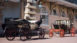 Kereta kencana Ascot Landau dengan atap terbuka yang akan digunakan Pangeran Harry dan Meghan Markle di Istana Buckingham, London, Selasa (2/5). Kereta kencana itu akan ditarik empat ekor kuda, salah satunya Windsor Grey. (Victoria Jones/Pool via AP)
