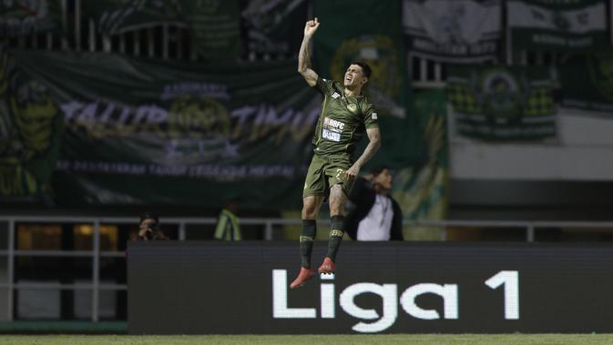 Gelandang PS Tira Persikabo, Ciro Henrique, melakukan selebrasi usai mencetak gol ke gawang Madura United pada laga Shopee Liga 1 di Stadion Pakansari, Bogor (12/7). Tira bermain imbang 2-2 atas Madura. (Bola.com/Yoppy Renato)
