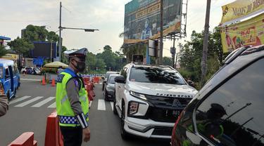 Ganjil genap di jalur Puncak, Kabupaten Bogor, Jawa Barat, Jumat (3/9/2021).