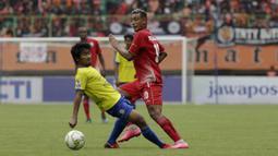 Gelandang Persija Jakarta, Bruno Matos, mengirim umpan saat melawan 757 Kepri Jaya pada laga Piala Indonesia di Stadion Patriot Bekasi, Jawa Barat, Rabu (23/1). Persija menang 8-2 atas Kepri. (Bola.com/Yoppy Renato)