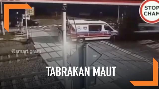 Tabrakan maut terekam kamera CCTV di Puszczykowo, daerah Poznan, Polandia. Sebuah mobil ambulans yang terjebak di antara palang pintu rel dihantam kereta api yang melintas.