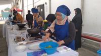 Seorang teman netra sedang memasak dalam acara workshop Merakit Ruang Kolaborasi di M Bloc Space Jakarta Selatan, Minggu (15/12/2019).