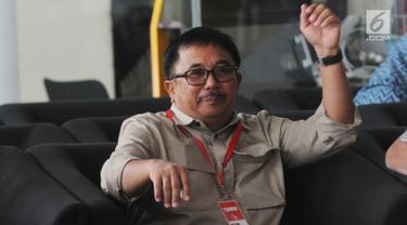 Wali Kota Balikpapan, Rizal Effendi duduk di ruang tunggu gedung KPK sebelum menjalani pemeriksaan, Jakarta, Kamis (23/8). Rizal diperiksa dalam kasus suap usulan dana perimbangan daerah dalam Rancangan APBN-Perubahan Tahun 2018. (Merdeka.com/Dwi Narwoko)