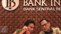 Deputi Gubernur BI Senior Mirza Adityaswara (kiri) bersama Gubernur BI Agus D.W. Martowardojo berbicang saat menggelar konferensi pers Triwulan III Bank Indonesia (BI) di Gedung BI, Jakarta, Selasa (17/11/2015). (Liputan6.com/Angga Yunia)