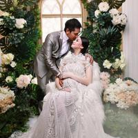 Pasangan yang menikah sejak 6 September 2014 itu tampak selalu kompak. Meski perbedaan usia cukup jauh, pasangan ini mencoba untuk saling mengerti akan kelebihan dan kekurangannya. (Instagram/donitabhubiy)