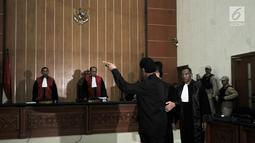 Terdakwa Hercules Rosario Marshal mengamuk saat memasuki ruang sidang akibat dikawal polisi di PN Jakarta Barat, Rabu (27/3). Hercules terbukti melakukan penyerobotan secara melawan hukum yang pidananya diatur dalam Pasal 167 KUHP juncto Pasal 55 ayat 1 ke-1 KUHP. (merdeka.com/Iqbal S. Nugroho)